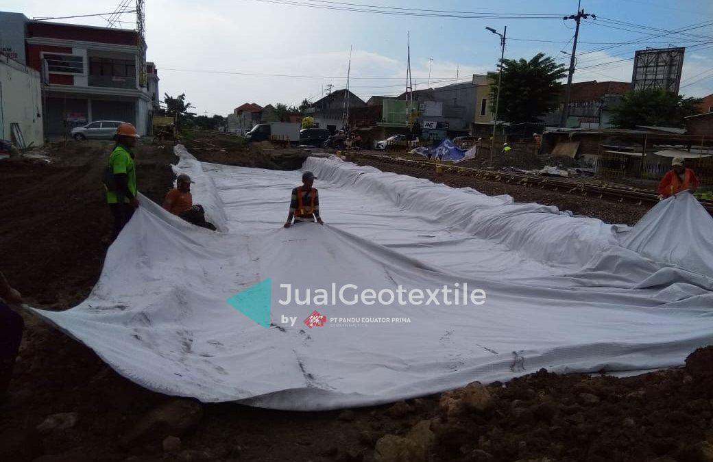 Pemasangan Geocomposite Pada Proyek Pembangunan Jalur Ganda Kereta Api Mojokerto