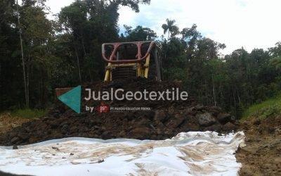 Pemasangan Non Woven Geotextile Pada Proyek Pembangunan Jalan Lintas Kabupaten