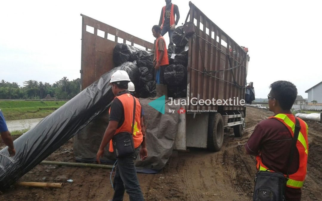 Instalasi Non Woven Geotextile Pada Proyek Jalur Ganda Kereta Api Kutoarjo