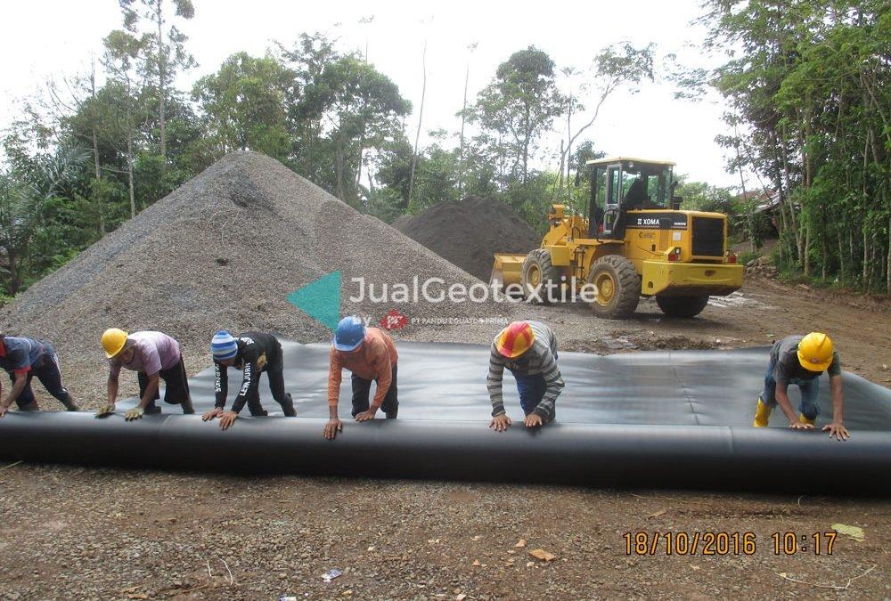 Proses Instalasi Geomembrane Pada Proyek Water Pond di Jawa Barat