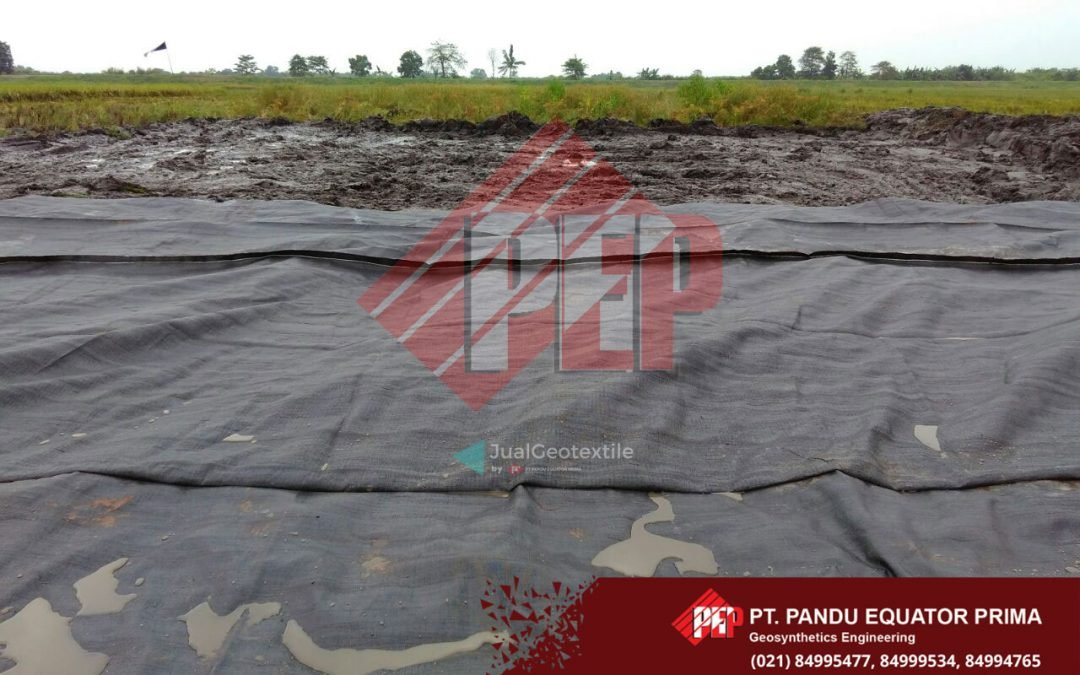 Dokumentasi Pemasangan Geotextile Woven Untuk Perkuatan Tanah di Lampung