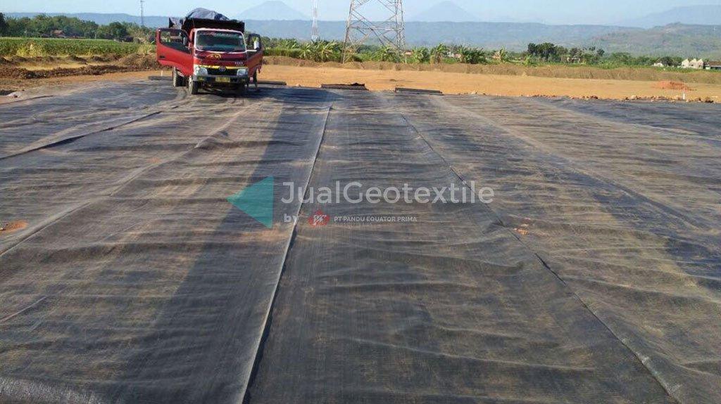Instalasi Woven Geotextile Pada Proyek Jalan Tol Batang – Semarang